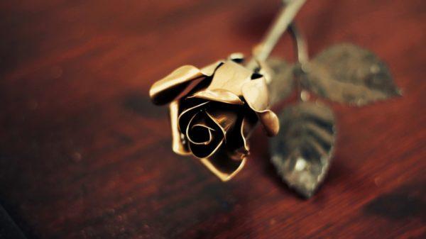 Kovácsoltvas rózsa arany színű fejjel